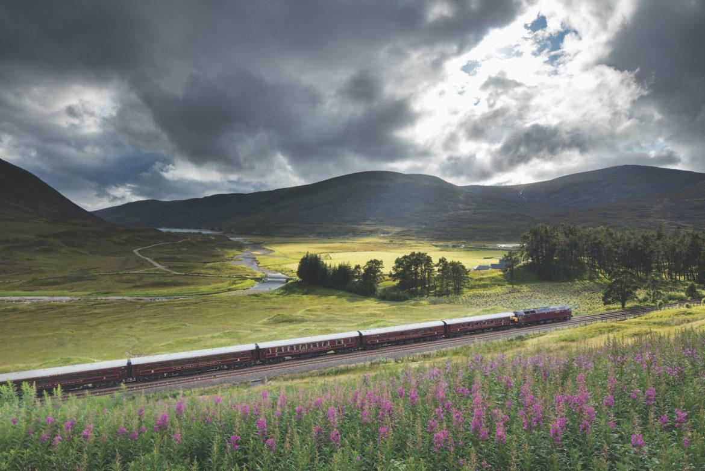 Mit dem Royal Scotmsman reisen Sie höchst komfortabel durch die schottischen Highlands.