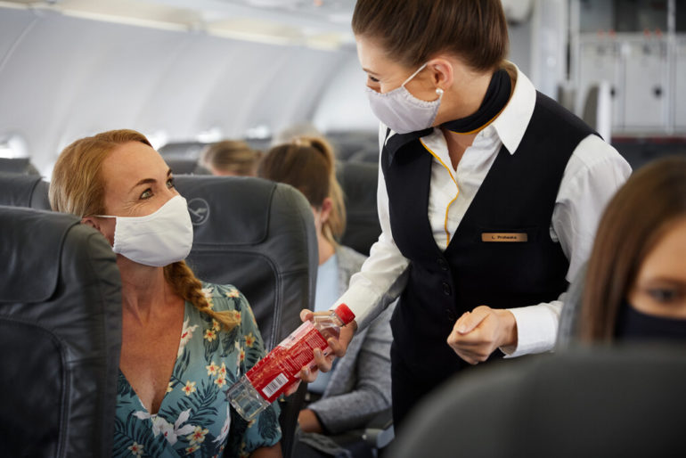 Bordservice mit Maske, Lufthansa Group
